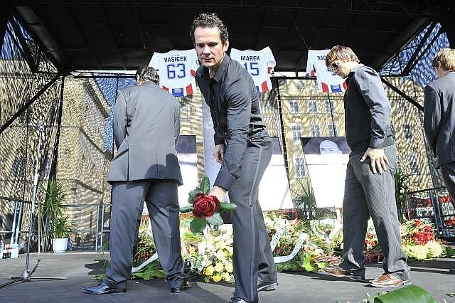 Rozloučení s hokejovými reprezentanty Janem Markem, Karlem Rachůnkem a Josefem Vašíčkem, kteří zahynuli při leteckém neštěstí ruského klubu Lokomotiv Jaroslavl. Na snímku uprostřed je hokejista Patrik Eliáš.