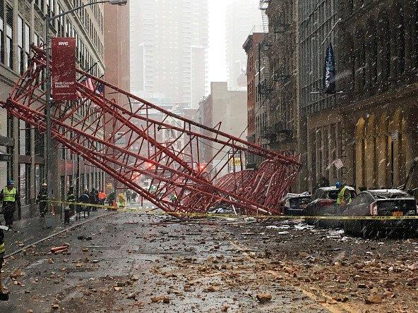 Konstrukce stroje se zřítila do ulice, kde zničila řadu aut, ve kterých podle některých médií zůstali zaklíněni lidé.