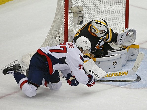 T.J. Oshie (Washington Capitals) a gólman Pittsburgh Penguins Matt Murray.
