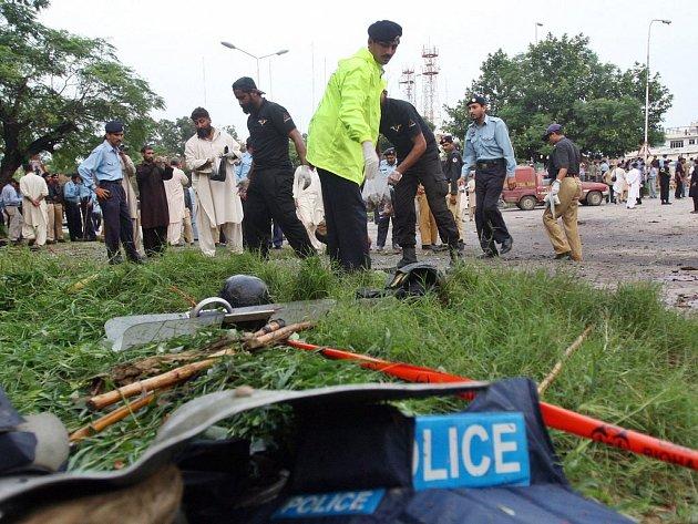 Policisté ohledávají místo nedělního pumového útoku před Červenou mešitou v pákistánské metropoli.