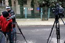 Prokurátoři z Institutu národní paměti, který v Polsku zkoumá zločiny nacismu a komunismu, dnes prohledali varšavský dům někdejšího prezidenta generála Wojciecha Jaruzelského.