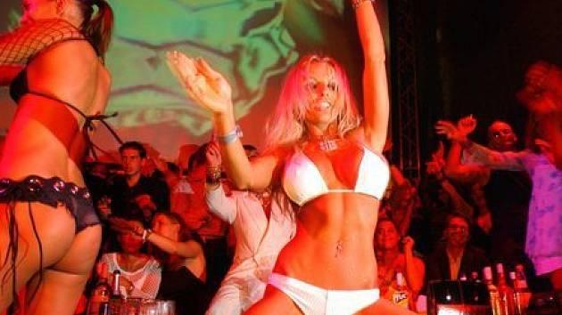Go-go tanečnice v nočním klubu - ilustrační foto.