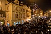 Lidé si přípomínali 17. listopadu v centru Prahy 28. výročí Sametové revoluce a následný pád komunismu. Národní třída