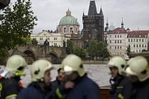 Na třetí povodňový stupeň vystoupala 2. června hladina Vltavy v Praze. Na Kampě se začaly stavět protipovodňové zábrany.