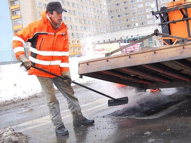 V Příbrami byl v pondělí 24. ledna 2011 představen český patent - stroj Silkot, který umí efektivně opravovat výtluky a děravé silnice.  Při ukázce panovalo snad nejhorší možné počasí, bylo mokro, nasněžíno a teplota kolem nuly.