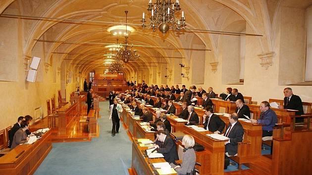 Senát v pondělí schválil drtivou většinou hlasů úsporný balíček ministra financí Eduarda Janoty. Pro bylo 61 ze 68 přítomných senátorů.