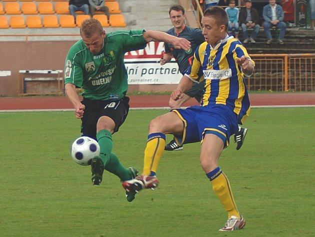 Sokolovský Oleg Duchnič (v zeleném) v souboji se soupeřem z Opavy.