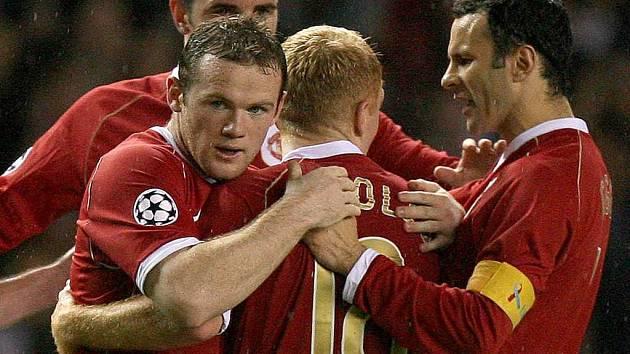 Wayne Rooney (vlevo) slaví svůj první gól do sítě AC Milán. V nastaveném čase přidal druhý a díky němu Manchester zvítězil 3:2.