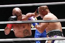 Boxeři Mike Tyson (vlevo) a Roy Jones během exhibičního zápasu v Los Angeles 28. listopadu 2020