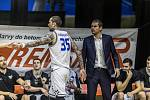 Momentka z utkání basketbalové Kooperativa NBL mezi USK Praha a Děčínem.