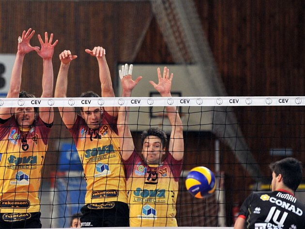 Volejbalisté Liberce (ve žlutém) proti CMC Ravenna.