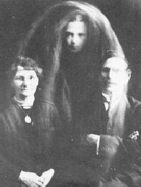 Duchové na fotografiích Williama Hopea. Pán a paní Gibsonovi a duch jejich zesnulého syna