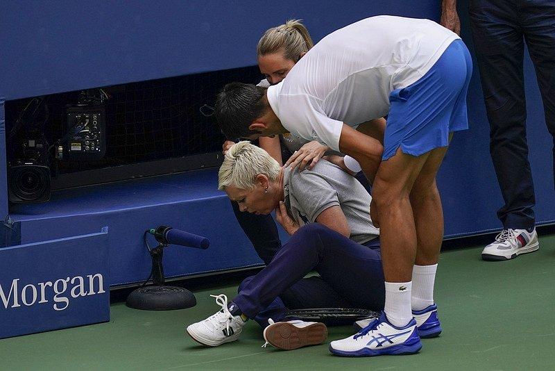Tenista Novak Djokovič byl diskvalifikován na US Open