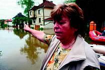 V Křešicích na Litoměřicku voda lidem ničila domovy v letech 2002, 2006 a naposledy letos. Paní Pavlovská (na snímku) doopravila svůj dům teprve před pár týdny.