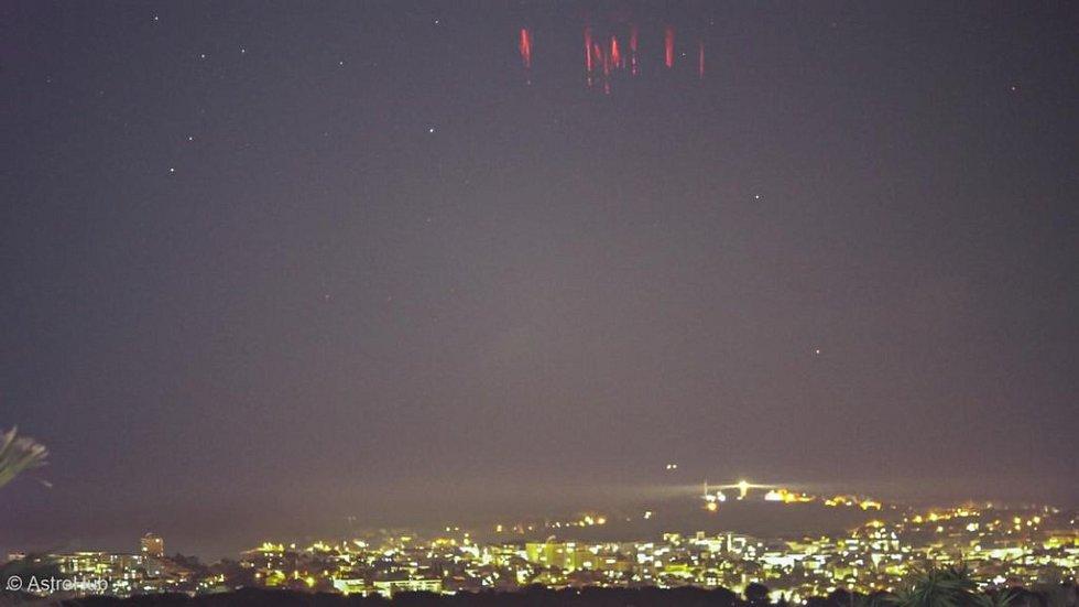 Red sprites, tedy červené pruhy pozorované 12. prosince 2020 nad Římem z francouzských Antibes