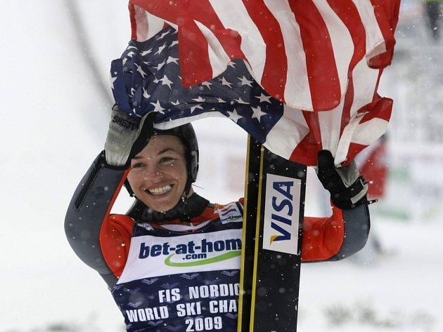 Skokanka na lyžích Američanka Lindsey Vanová slaví svůj mistrovský titul.