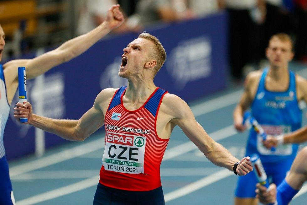 Radost finišmana. Patrik Šorm přibíhá do cíle s kolíkem jako druhý.