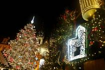 Na pražském Staroměstském náměstí byl 1. prosince rozsvícen vánoční strom.