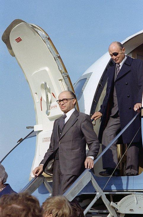 Izraelský premiér Menachem Begin, zodpovědný za operaci, vystupuje v USA z letadla v doprovodu izraelského ministra zahraničí Moše Dajana