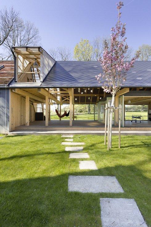 Nový dům sice dvůr uzavírá, ale zároveň umožňuje široký průhled otevřeným středem přízemí.