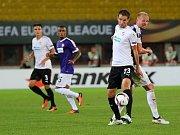 Marek Bakoš (vpředu v bílém) v souboji s hráčem Austrie