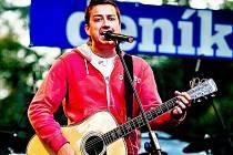 HRDINOVÉ MEZI NÁMI. Petr Bende v září zazpíval i na stejnojmenném koncertu na Karlově náměstí, který byl věnován památce tragicky zesnulého střihače TV Nova Michala Velíška.