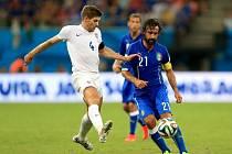 Steven Gerrard z Anglie (vlevo) a Andrea Pirlo z Itálie.