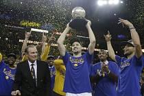 Veterán Rick Barry sleduje, jak hráči Golden State Warriors slaví vítězství v Západní konferenci.