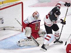 Brankář Jakub Škarek inkasuje gól od Kanady.