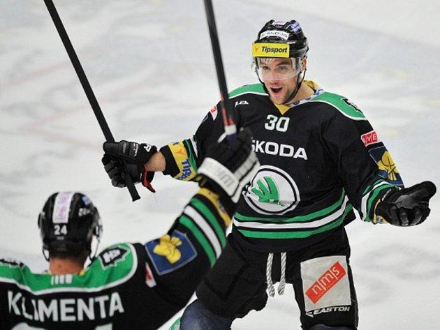 Dominik Pacovský z Mladé Boleslavi (vpravo) se raduje z gólu.