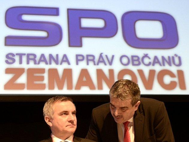 Předseda Strany práv občanů - zemanovci (SPOZ) Vratislav Mynář a první místopředseda Zdeněk Štengl (vpravo) na sjezdu strany v sobotu 23. března 2013 v Praze.