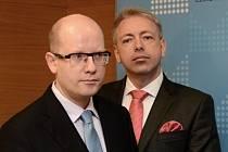 Premiér Bohuslav Sobotka (vlevo) uvedl 30. ledna v Praze do úřadu ministra vnitra Milana Chovance (vpravo).