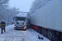 U Nového Rokytníku na Trutnovsku se na zasněžené silnici srazily 19. března 2021 na silnici první třídy 37 dva kamiony