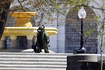 Pyrotechnik prohledává okolí washingtonského Kapitolu.