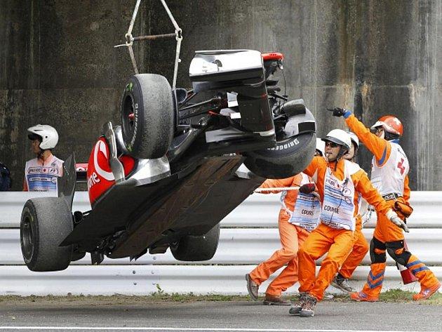 Zdemolovaný monopost Lewise Hamiltona při tréninku na Velkou cenu Japonska.