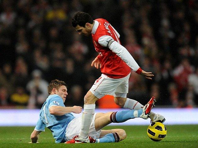 Střelec Arsenalu Cesc Fábregas (vpravo) v souboji s Jamesem Milnerem z Manchesteru City.