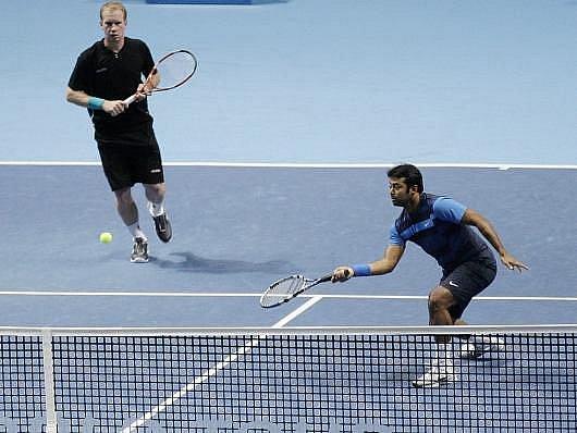 Lukáš Dlouhý (vlevo) s Leanderem Paesem ztratili v Londýně téměř vyhraný duel.