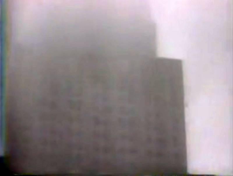 Mrakodrap Empire State Building se v mlze téměř ztrácel
