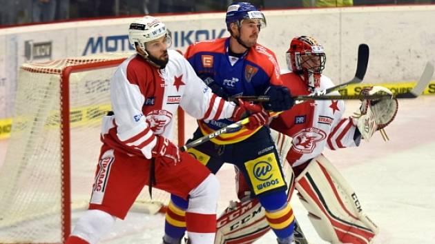 Zápas první hokejové ligy mezi Českými Budějovicemi (v tmavém) a pražskou Slavií.