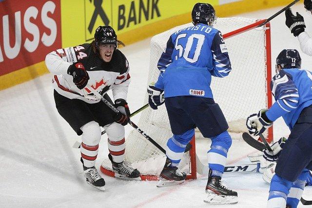 Maxime Comtois střílí finálový gól za Kanadu.