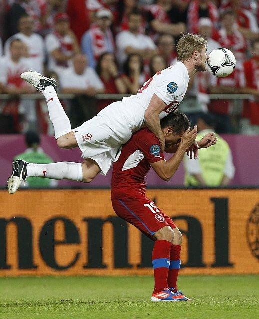 Damien Perquis z Polska skáče na Milana Baroše.