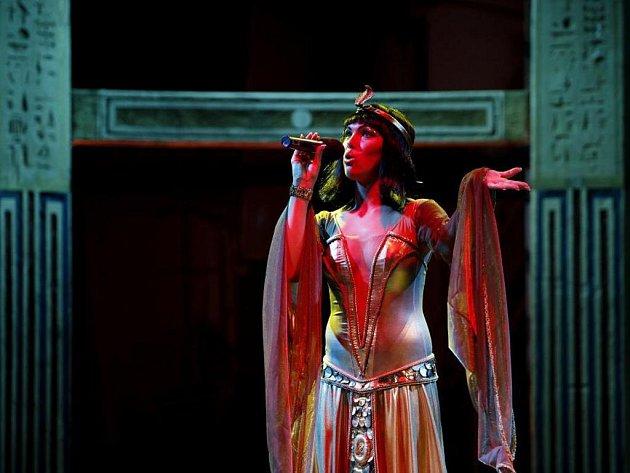 Nová Kleopatra. Kamila Nývltová se novinářům představila v kostýmu, který bude od září v divadle oblékat.