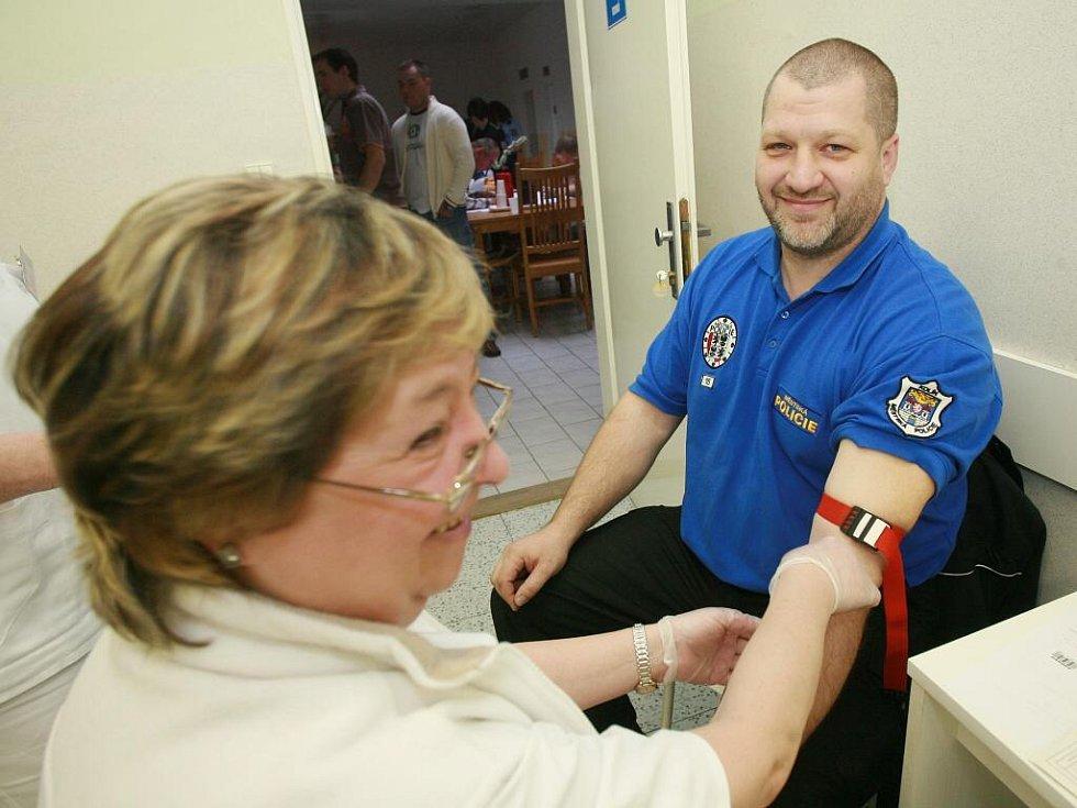 Kolínští policisté, hasiči a další státní zaměstnanci šli hromadně darovat krev.
