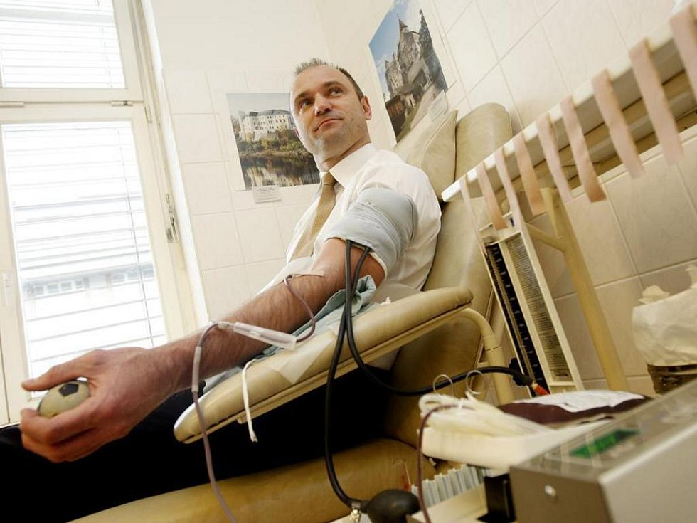 Krev v Thomayerově nemocnici v Praze daroval i ministr vnitra Ivan Langer.