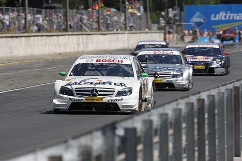 Jamie Green s Mercedesem vede závod v Norisringu před Bruno Spenglerem (Mercedes) a Timo Scheiderem (Audi).