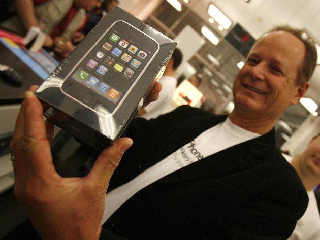 Půlnoční prodej nového Apple iPhone 3G v Praze.
