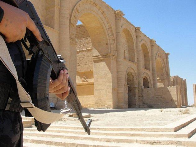 Ozbrojenci z hnutí Islámský stát (IS) nejspíš zničili starověké památky ve 2000 let starém města Hatra na severu Iráku.