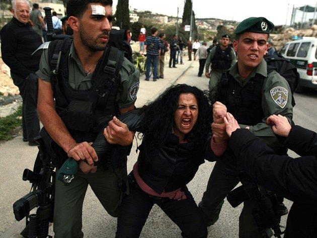Zatčení demonstrující Palestinky ve východním Jeruzalémě.
