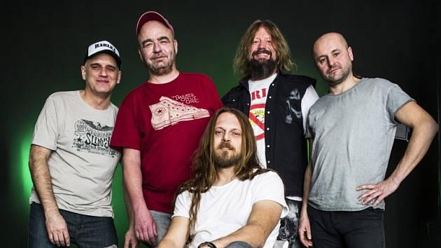 Skupina Harlej vyráží na turné. Zleva: Milan Hoffmann, Tonda Rauer, Martin Kolinss, Libor Fanta, Sedící: Tomáš Hrbáček