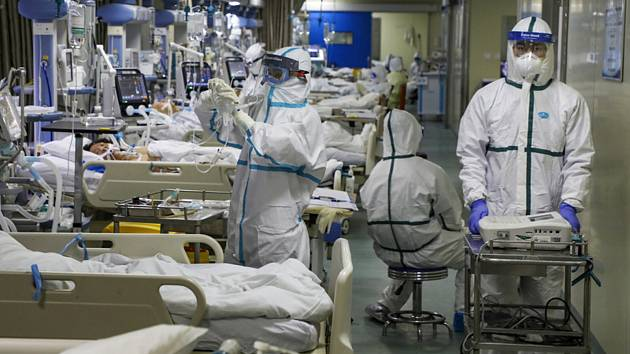 Zdravotníci ošetřují pacienty s koronavirem